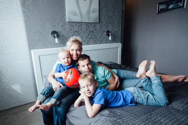 Сын нежно любил маму в попу на кровати