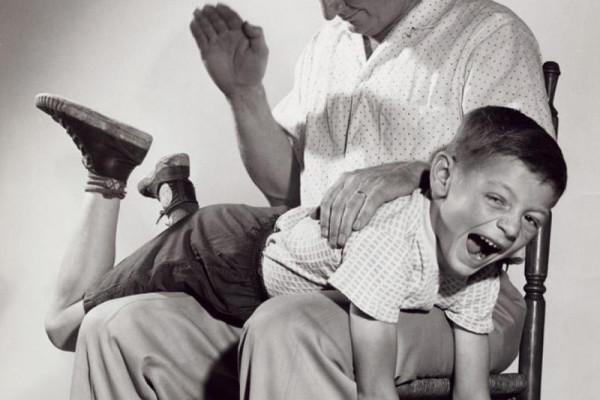 кого шлепали в детстве этим людям приходит